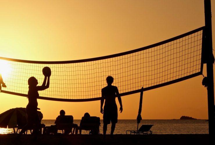 verschillen zaalvolleybal en beachvolleybal